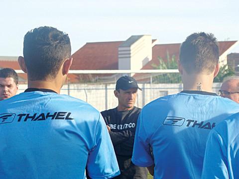 O técnico Grizzo deverá trabalhar com um grupo de 20 jogadores profissionais contratados, e mais sete, vindos dos juniores.