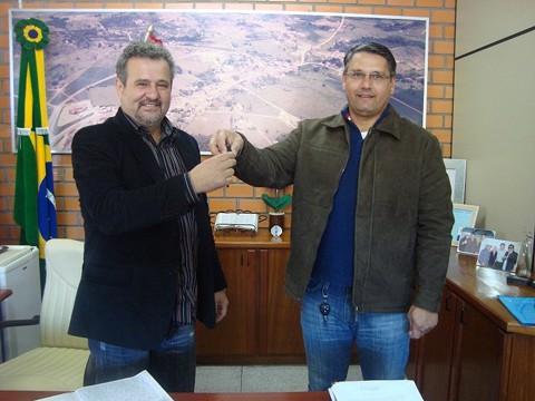 Pela terceira vez, o prefeito de Sangão, Antonio Mauro Eduardo (PP - na esquerda) entrega as chaves da prefeitura para o seu vice, Castilho Silvano Vieira (PDT)