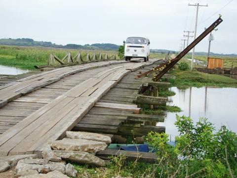 Não é preciso ser engenheiro para constatar a precariedade da estrutura da ponte de Congonhas. Basta olhar para o amontoado de madeira podre que incrivelmente resiste ao tempo. Até quando?