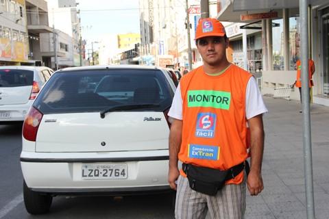 O monitor Lucas Eduardo Santos já atua como monitor na avenida Marcolino Martins Cabral. A expectativa é que até o meio da semana mais parquímetros devam ser ativados.