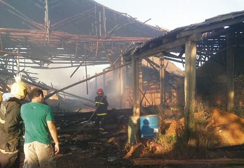 Foram utilizados 250 mil litros de água para combater o fogo Cerâmica Serafim, em Sangão. Foto: Bombeiros voluntários de Jaguaruna/Divulgação/Notisul.