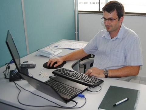 Gerente de projetos e serviços da agetec, o professor Ademar Schmitz avalia que o novo espaço é mais adequado para execução dos trabalhos - Foto:Unisul/Divulgação/Notisul