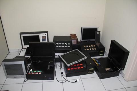 Todos os equipamentos apreendidos na casa, no bairro Oficinas, foram levados para a Central de Plantão Policial.