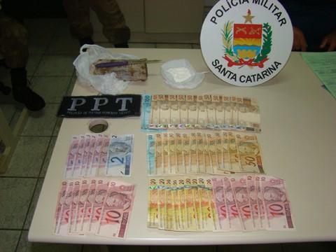 Foram encontrados 380 gramas de maconha, 34 gramas de cocaín e R$1.742,00 na casa do traficante  -   Foto: Polícia Militar de Imbituba/Notisul