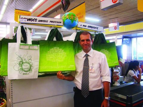 """O gerente do supermercado Giassi em Tubarão acredita que a venda das bolsas ecológicas poderia ser melhor. """"Vendemos a preço de custo e não faturamos nada com elas"""", revela"""