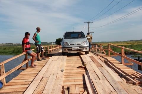 Ponte de madeira foi reformada na véspera do Carnaval e liberada para o tráfego de veículos, após ter sido interditada pela Defesa Civil de Tubarão, por questão de segurança