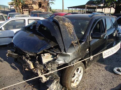 O forte impacto destruiu parte do veículo. Heros Augusto Lopes da Rocha morreu no hospital.
