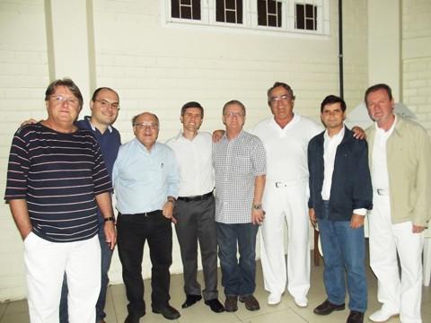 Fontes (o terceiro da esquerda para direita) e a nova diretoria ficam na gestão da Unimed por mais quatro anos  -  Foto:JBGuedes/Divulgação/Notisul