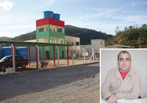 O gerente do presídio, Glauco Roberto dos Santos (foto em detalhe), avalia os 30 dias à frente da função. Uma de suas principais metas é manter um bom relacionamento com os detentos.