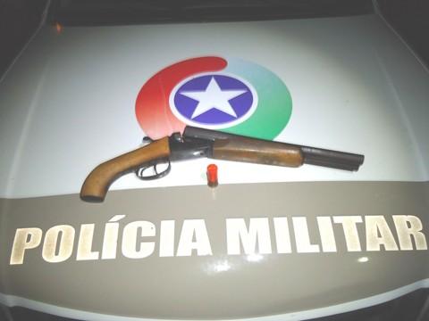 A arma usada pelo criminoso para atirar contra a guarnição é de alta potência. Fotos: Polícia Militar de Tubarão/Notisul
