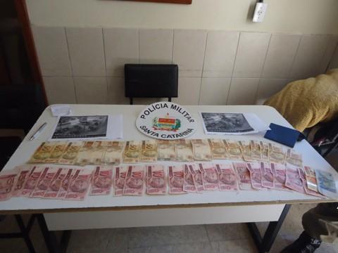 Grande parte do dinheiro foi recuperada pelos policiais militares durante a prisão.