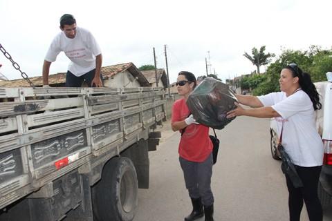 Agentes do programa de combate à dengue de Capivari de Baixo, profissionais da secretaria de obras da prefeitura e agentes de saúde uniram-se para fazer um pente fino no bairro Três de Maio