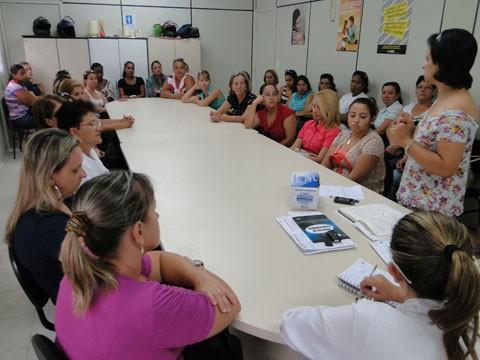 Adriana Rufino (em pé) convocou as agentes de saúde para auxiliar nas ações    -   Foto: Prefeitura de Capivari de Baixo/Divulgação/Notisul