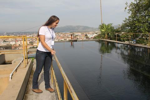 A engenheira química da Tubarão Saneamento, Vanessa Villela, analisa o tratamento da água. A situação é controlada, mas é necessário o apoio da população para evitar racionamento