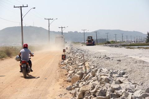Conforme o contrato, a empresa tem 18 meses para efetuar a pavimentação da rodovia, ou seja, tudo deve estar pronto em abril do próximo ano. Conforme o secretário de desenvolvimento regional em Laguna, Christiano Lopes (PSD), este prazo será cumprido