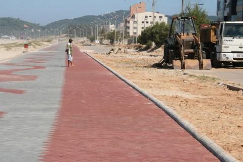 Com o fim da temporada de verão, as obras na pista e nos canteiros centrais iniciaram neste mês   -  Foto: Prefeitura de Laguna/Notisul