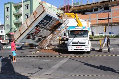 Após algumas tentativas, prefeitura de Tubarão retirou a placa no canteiro central da avenida Marcolino Martins Cabral