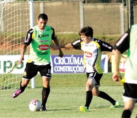 Ozeia e André Gava disputam a bola em treino do Tigre  -  Foto:Fernando Ribeiro/Criciúma E.C./Notisul