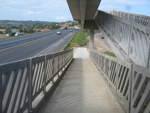 Passarelas do lote 27 da duplicação da BR-101, entre Içara e Araranguá, já estão em uso há mais de um ano, inclusive com iluminação. Em Tubarão, três passagens destas sobre a rodovia serão edificadas.