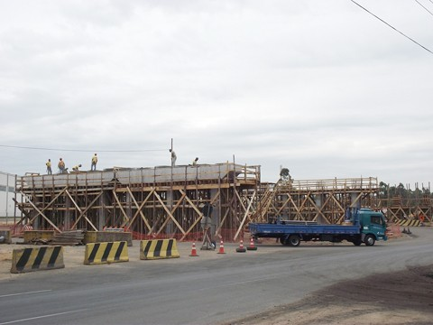 A primeira etapa de instalação de vigas no viaduto duplo de acesso principal a Capivari de Baixo, está finalizada. Foto: Muriel Albonico/Esga-Dnit/Notisul