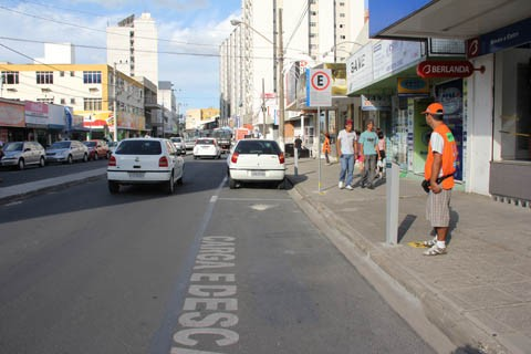 Motoristas devem estar munidos do cartão para deixar os veículos nas vagas da avenida Marcolino Martins Cabral, por exemplo