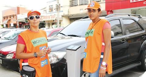 As monitoras Ionara Damaceno (esquerda) e Rosângela de Cássia Moraes afirmam que os motoristas estão mais conscientes quanto ao uso do Estacionamento Fácil. A maioria está 'afiada' em usar o cartão e o parquímetro