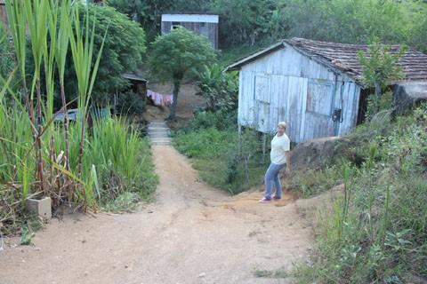 A líder comunitária Edilamar Silva Moraes alerta sobre o modo em que alguns moradores do loteamento Jardim Taitu vivem