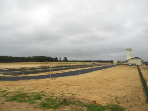 A biruta e o NDB (instrumento para aproximação da aeronave em condições adversas de meteorologia) já estão colocados. Fotos: Dilney Chaves Cabral/Secretaria estadual de infraestrutura/Notisul