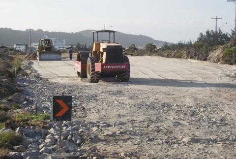 Várias trechos da rodovia já foram alargados e a base feita para a colocação do asfalto. Esta parte da obra foi licitada por R$ 20.929.047,40. Foto: Cida Vichiett/SDR Laguna/Notisul