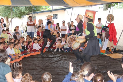Conto sobre o boi de mamão prendeu a atenção de crianças e adultos, ontem. A história foi contada e encenada ontem pelo grupo Encantados Contadores de Histórias, de Tubarão.