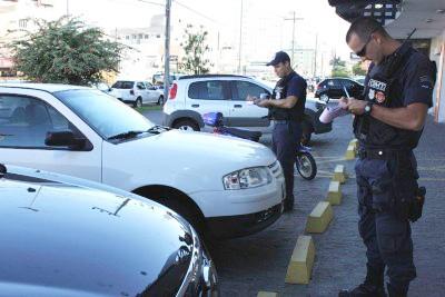 Além de notificar motoristas que cometem infrações, a GM também atua com orientações. Foto: Prefeitura de Tubarão/Notisul