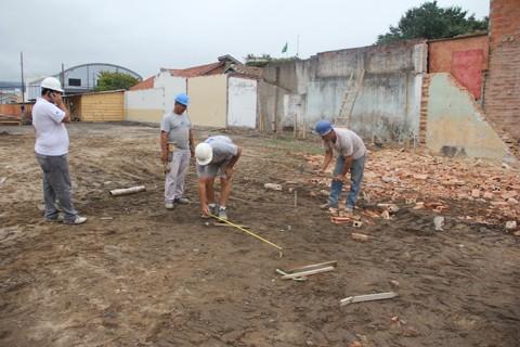 Na semana passada, três operários realizaram demarcação do terreno para que o estaqueamento pudesse começar hoje. Paralelamente a isso, será feito a preparação das formas para, depois, construir as vigas do futuro prédio.