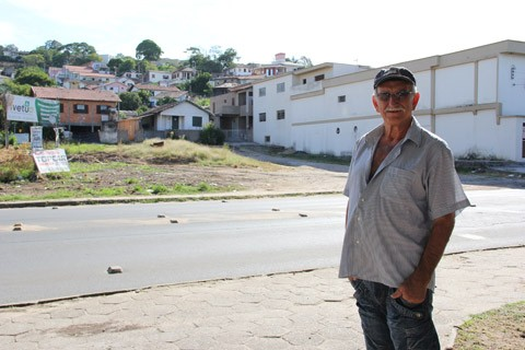 O aposentado Valentim Antunes mostra o terreno baldio, na rua Silvio Cargnin, localizado em frente a sua casa. Comunidade reclama da quantidade de lixo no local
