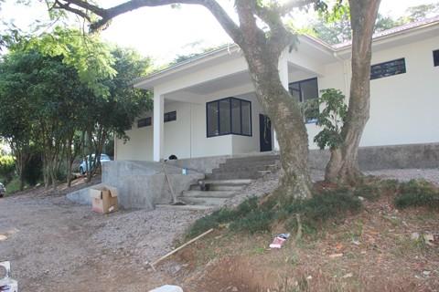 As obras no Centro de Controle de Zoonoses estão na fase de acabamento, como a construção de calçadas e escadas de acesso ao prédio administrativo