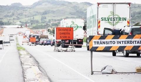 A Polícia Rodoviária Federal deflagrou entre a última quinta-feira e ontem a Operação Semana Santa. O fluxo de veículos chegou a ficar 50% maior do que o habitual