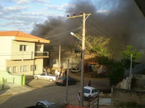 As chamas atingiram o compartimento onde são armazenados os exaustores e latas de tinner  - Foto:Carolina Gomes/Divulgação/Notisul