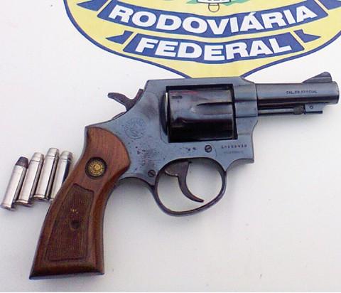 Arma e munições foram apreendidas na BR-101, em Laguna, com um homem natural de Porto Alegre   -  Foto:Polícia Rodoviária Federal/Divulgação/Notisul