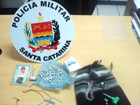 O rapaz de 19 anos possuía 65 pedras de crack. Fotos: PM de Braço do Norte/DivulgaçãoNotisul