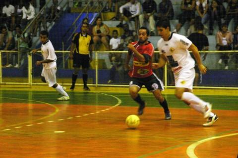Gil (direita) marcou o gol de empate do Ladiada