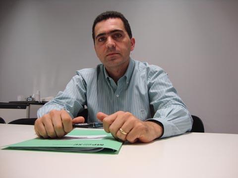 O promotor Sandro Araújo, do MP, assina a recomendação