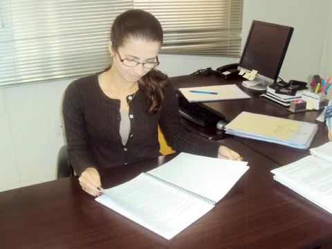 A advogada Bruna Ramos da Mota, formada em direito pela Unisul, pesquisou sobre os limites do monitoramento no ambiente de trabalho. Foto: Unisul/Divulgação/Notisul