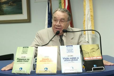 Professor Osvaldo Della Giustina lançou quatro obras ontem à noite, na câmara de vereadores de Tubarão. Foto: Gilmar F.Estevam/Foto Panorama/Notisul