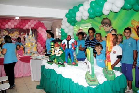 A festa de aniversário do Ceaca teve decoração caprichada! Rosa para as meninas e verde para os meninos. Bolo, docinhos, sanduíches e refrigerantes completaram as mesas.