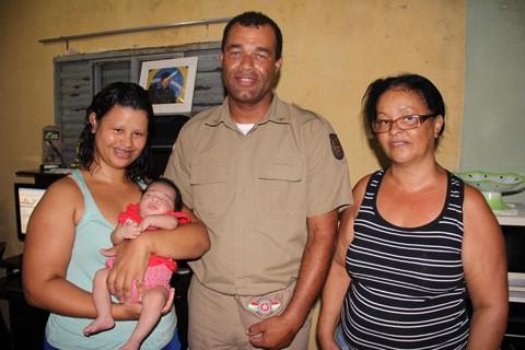 A mãe Silvana, a pequena Yasmin, o soldado Feliciano e a avó Zenair se encontraram no dia do salvamento.