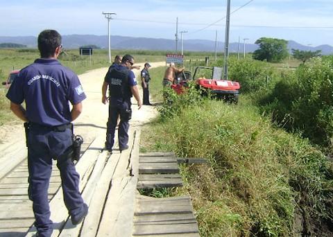 O buggy caiu no rio com as rodas para cima, sobre o corpo do condutor. Foto: Maciel Brognoli/GMT/Notisul