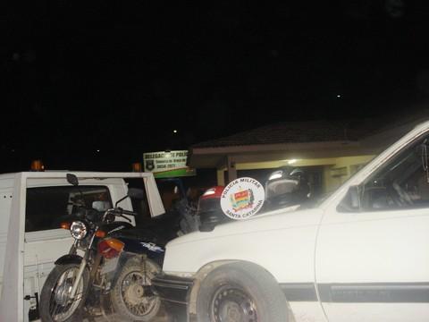 O Kadet foi apreendido e as motocicletas devolvidas aos proprietários. Uma delas foi furtada na quinta-feira, no bairro São Basílio, no estacionamento de um mercado. Foto: Polícia Militar de Braço do Norte/Divulgação/Notisul