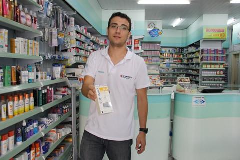O atendente da farmácia Super Popular, Renan Fernandes da Silva, afirma que as pessoas estão mais conscientes quanto ao uso do protetor solar - uma das principais armas para prevenir o câncer de pele. A venda do produto é grande na farmácia