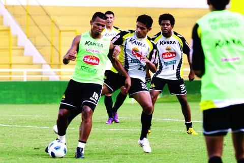 Zé Carlos (esquerda) reforça o Tigre contra o Atlético Paranaense  -  Foto:Fernando Ribeiro/Criciúma E.C./Notisul