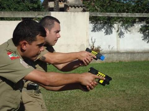 O correto é efetuar disparos moderados e não contínuos - Foto:Polícia Militar de Tubarão/Notisul