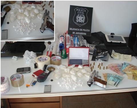 A cocaína (foto em detalhe) renderia cerca de R$ 40 mil. A ação, que durou ontem o dia inteiro, foi realizada pela Polícia Civil de Jaguaruna, com apoio da Polícia Militar  -  Foto:Polícia Civil de Jaguaruna/Notisul